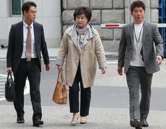 서해순 씨는 집 앞에 취재진이 몰리자 출석예정 시간보다 1시간 늦은 오후 2시경 서울경찰청에 도착했다.