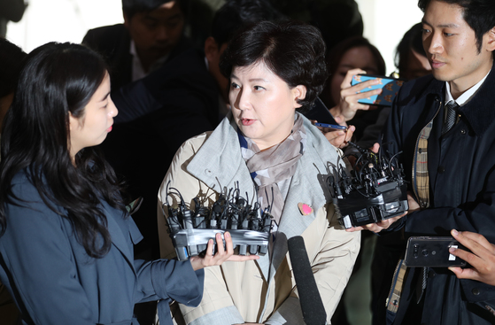 경찰청사에 출석한 서 씨는 로비에서 기자들의 질문에 20분 가량 차분하게 답했다. 최승식 기자