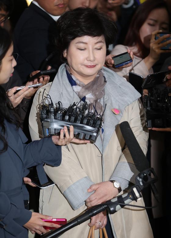 12일 오후 서울경찰청에 들어서며 기자들의 질문을 듣고 있는 서해순 씨. 최승식 기자