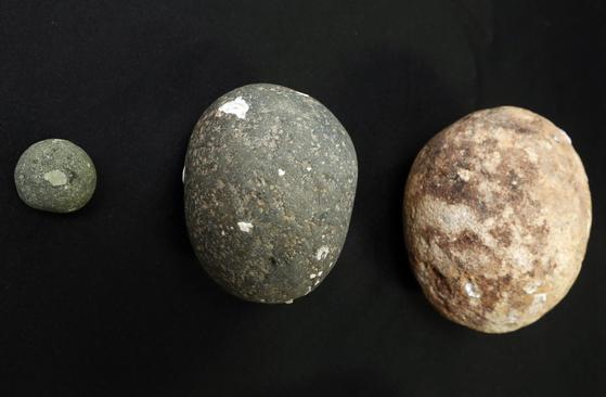 정유재란 당시 사용한 돌탄환(조란탄). 왼쪽 작은 것이다. 직경 2.5㎝다. 오른쪽 큰 돌은 포탄 대신 사용한 석환이다. [연합뉴스]