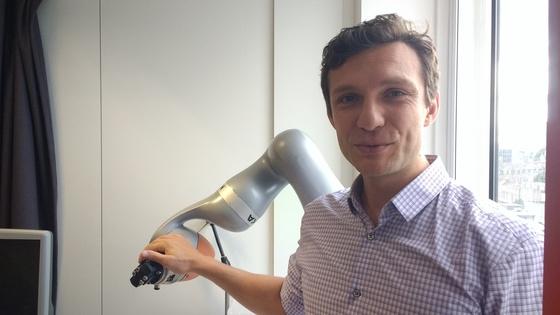 다닐 스토야노프 런던대 교수가 연구용 로봇팔을 잡고 있다. 그는 알파고를 탄생시킨 머신러닝 기법으로 로봇에 인공지능을 결합하는 연구를 진행하고 있다. 강기헌 기자