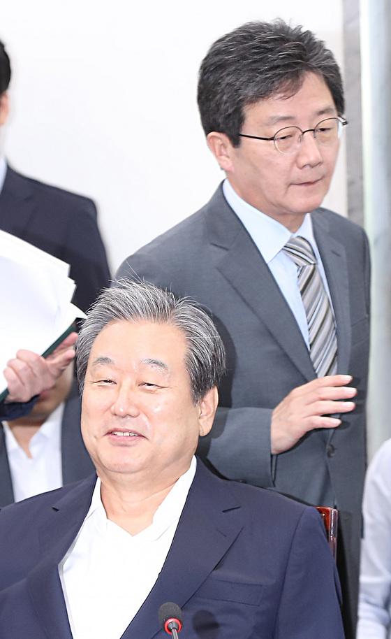 바른정당 유승민 의원이 지난 9월 4일 의원총회에 참석해 김무성 의원 뒤를 지나 자리로 향하고 있다. [연합뉴스]