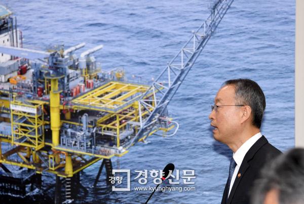 백운규 산업통상자원부 장관이 12일 국회 산자위 국정감사에서 업무보고를 하고 있다. 권호욱 선임기자