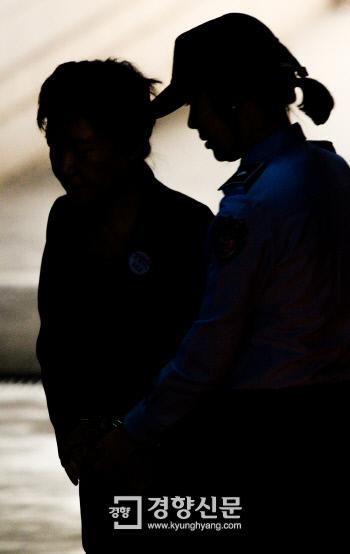 박근혜 전 대통령이 지난 10일 서울 서초동 서울중앙지방법원에서 열린 국정농단 사건 재판을 받기 위해 호송되고 있다. 이준헌 기자 ifwedont@kyunghyang.com