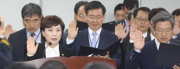 김현미 국토교통부 장관(앞줄 왼쪽)이 12일 정부세종청사에서 열린 국회 국토교통위원회 국정감사에 앞서 손을 들어 선서하고 있다. 연합뉴스