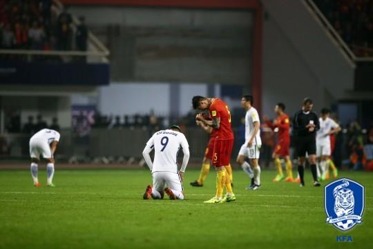 한국 축구 선수들이 중국과의 러시아월드컵 최종예선 A조 6차전 패배 후 낙담하고 있다.