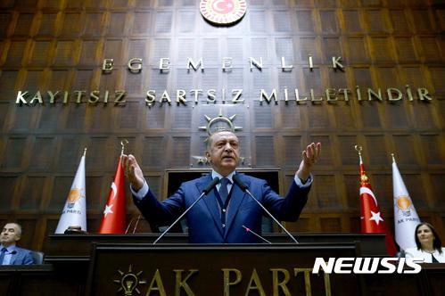 【앙카라=AP/뉴시스】레제프 타이이프 에르도안 터키 대통령이 13일(현지시간) 앙카라에서 정의개발당(AKP) 당원들을 대상으로 연설하고 있다. 2017.6.14.
