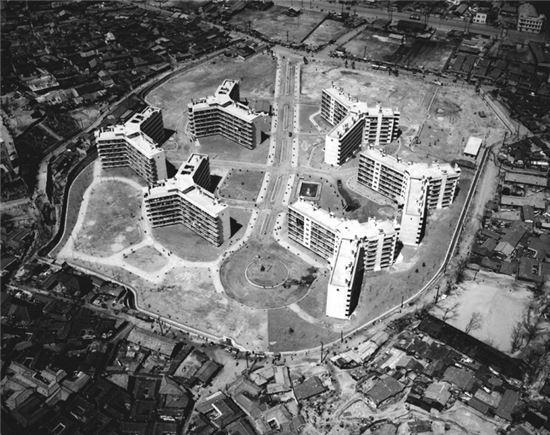 1963년 항공촬영한 마포아파트 전경<사진:국가기록원&gt;