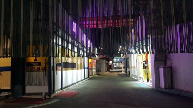 아산의 성매매 우려지역 장미마을. 도로 양쪽의 유흥주점들이 조명을 밝히고 영업하고 있다.