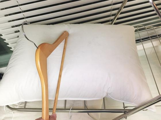 어느 정도 마른 거위털 베개는 옷걸이로 고르게 때려준다. 뭉쳐있던 털이 풀리며 부풀어 올라 도톰해진다.