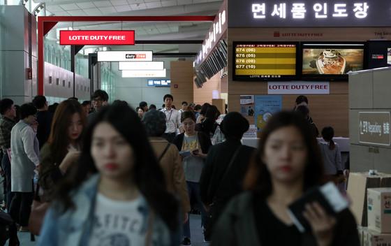 추석 연휴 인천국제공항 면세품 인도장이 국외로 떠나는 출국객들로 붐비고 있다. [중앙포토]
