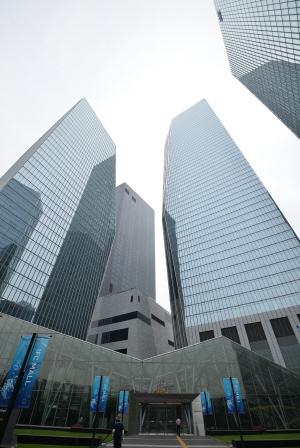 주택도시기금이 올해 처음으로 투자한 부동산인 서울 여의도 국제금융센터(IFC) 전경. /서울경제DB