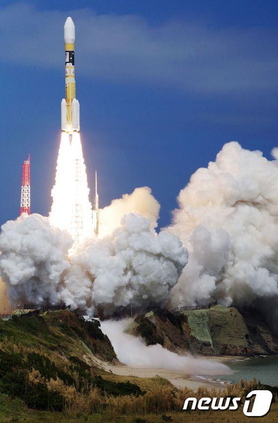 일본 가고시마현 다네가섬 우주센터에서 지난 8월19일 '일본판 GPS' 위성인 준천정위성 '미치비키' 3호를 실은 H2A 로켓이 발사되고 있다. © AFP=뉴스1