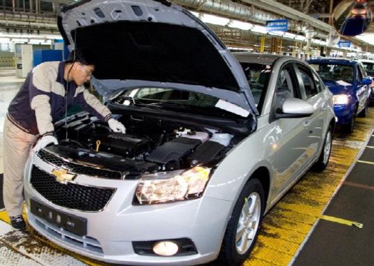 한국지엠 군산공장에서 근로자가 차량을 검수하고 있다.   한국지엠 제공