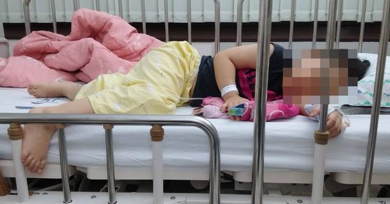 작년 9월 용혈성요독증후군(HUS) 진단을 받은 A양이 몸이 부은 채로 병실에 누워있는 모습. [피해자 측 법률대리인 제공=연합뉴스]