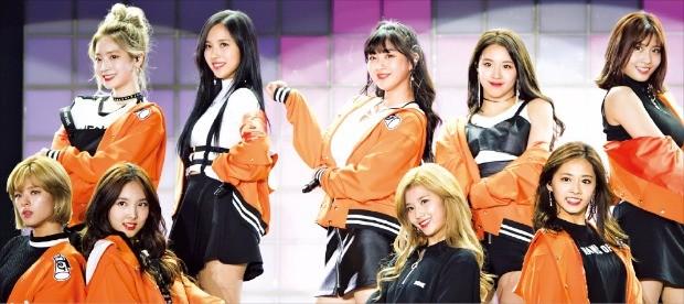 3년차 걸그룹 트와이스가 일본 등 해외 인기를 바탕으로 올해 앨범 판매 100만 장 돌파를 기대하고 있다.