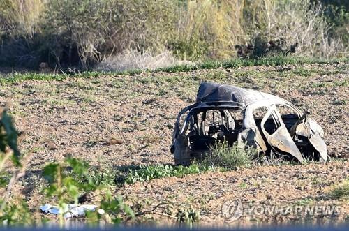정치권의 부패를 폭로해온 몰타 베테랑 기자의 차량이 강력한 폭발로 뼈대만 남은 채 길가에서 들판으로 날아가 나뒹굴고 있다 [AP=연합뉴스]