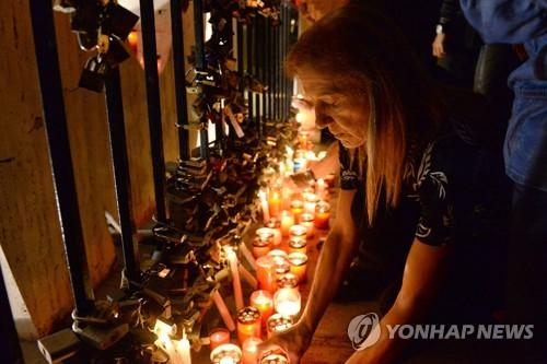암살당한 몰타 탐사보도 전문 기자를 추모하는 시민들 [AFP=연합뉴스]