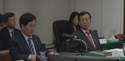 (런던=연합뉴스) 더불어민주당 이석현 의원과 원혜영 의원이 17일 영국 주재 한국대사관에 대한 국회 외교통일위원회 국정감사를 벌이고 있다.