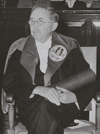 영국의 소설가 에드워드 모건(E. M.) 포스터. 사진은 포스터가 1954년 레이던대학교에서 명예박사 학위를 받는 모습. 위키피디아
