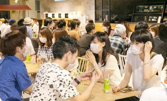 일본의 한 중개업체가 기획한 '마스크 데이트'의 모습/사진=재팬 트렌즈
