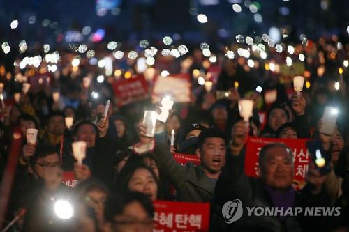박근혜 전 대통령 파면 다음날인 올해 3월11일 '제20차 촛불집회' 모습. 촛불집회 1주년을 맞아 광화문광장에 얼마나 많은 시민의 목소리가 모일지 주목된다.[연합뉴스 자료사진]