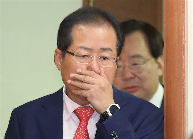 홍준표 자유한국당 대표가 17일 서울 여의도 당사에서 열린 북핵폐기 전술핵 재배치 천만인 서명운동본부 국민 서명패 전달식장에 들어서고 있다. 연합뉴스
