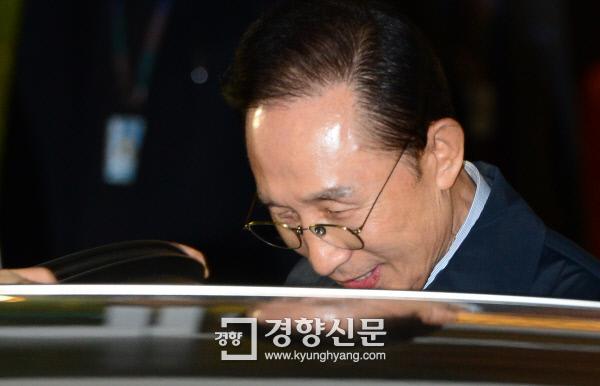 지난 2015년 1월 30일 사이판을 방문했던 이명박 전 대통령이 인천공항으로 들어와 귀빈실을 나와 차에 타고 있다. / 김영민 기자