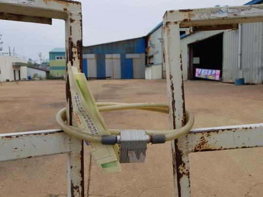 현대중공업의 군산조선소가 문을 닫고 한국GM의 군산공장도 제대로 가동되지 못하면서 군산 경제가 붕괴 위기로 치닫고 있다. 군산시 오식도동의 한 협력업체 공장은 정문이 자물쇠로 굳게 잠겨 있다. /군산=구경우·조민규기자