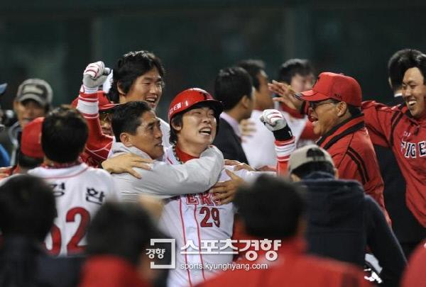 프로야구 KIA 나지완이 2009년 열린 SK와의 한국시리즈 7차전 9회말 끝내기 홈런을 치고 눈물을 흘리고 있다. 김기남 기자