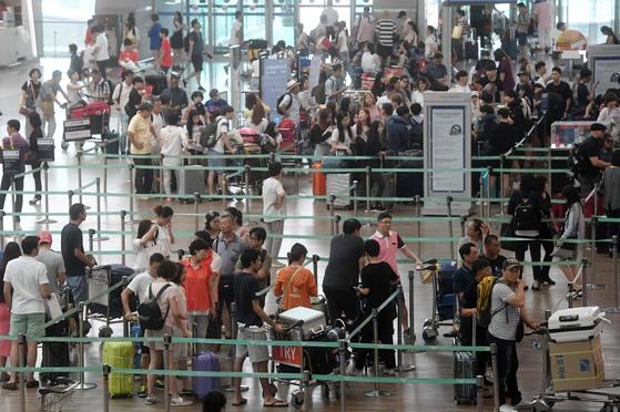 여행객들로 북적이는 인천국제공항 출국장. 통신사들이 해외 데이터로밍 요금 인하에 나서고 있어 많은 여행객들이 요금 부담을 조금은 덜 수 있을 전망이다. [중앙포토]