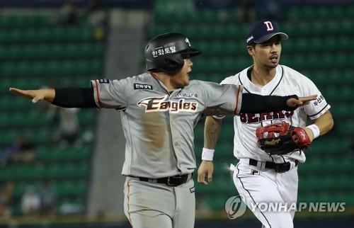한화 이글스와 두산 베어스 선수단. [연합뉴스 자료사진]