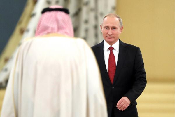 사우디아라비아 살만 국왕(왼쪽)과 블라디미르 푸틴 러시아 대통령이 지난 5일 모스크바 크렘린궁에서 정상회담을 하며 마주보고 있다. 살만 국왕은 러시아 무기 구매 의향을 밝히는 한편 시리아에서 커지고 있는 이란의 영향력에 대한 우려를 제기한 것으로 알려졌다.  모스크바 | 타스연합뉴스