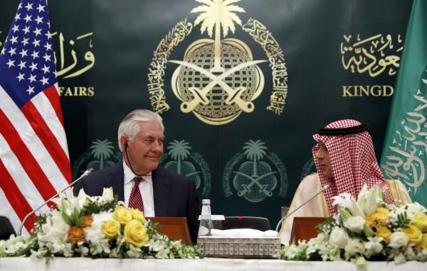 렉스 틸러슨 미국 국무장관(왼쪽)이 22일(현지시간) 사우디아라비아 리야드에서 아델 알주바이르 사우디 외교장관과 공동 기자회견을 하고 있다. 리야드 | AP연합뉴스