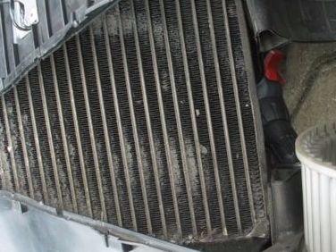 곰팡이 등이 잔뜩 끼어있는 자동차 에어컨의 증발기(에바)