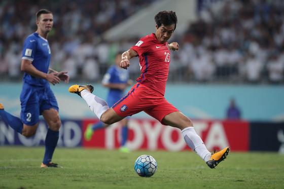 """슈틸리케(독일) 전 대표팀 감독은 최근 인터뷰에서 '한국엔 공격수가 없다. 38세 이동국이 뛴다고 들었다. 그게 한국의 문제점을 보여준다""""고 지적했다. 이동국은 '제가 오래 뛰면 한국 축구의 미래가 어둡다는 이야기를 듣고 은퇴해야 하나 생각도 했다""""고 말했다. 그는 은퇴 시기에 대해 '내년은 아직 내게 먼 시간이고, 올해 은퇴 가능성도 열어뒀다. 시즌이 끝난 뒤 이야기하겠다""""고 신중한 입장을 밝혔다. [사진 대한축구협회]"""