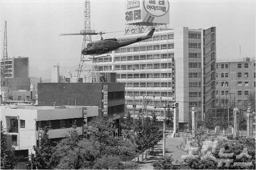 80년 5.18 당시 군 헬기가 전일빌딩 주변을 비행하고 있다. (사진=5.18기념재단 제공)