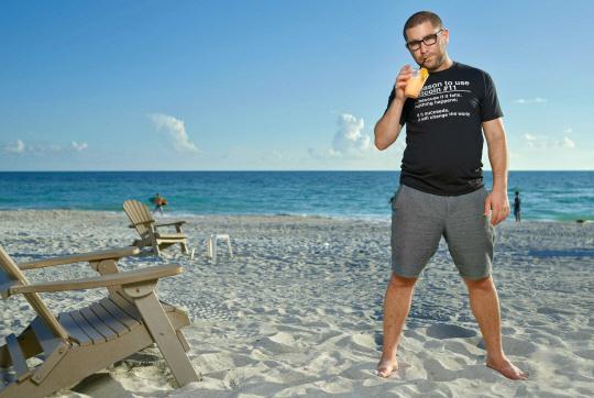 현재 거주하고 있는 새러소타 해변에서 포즈를 취한 찰리 슈렘.