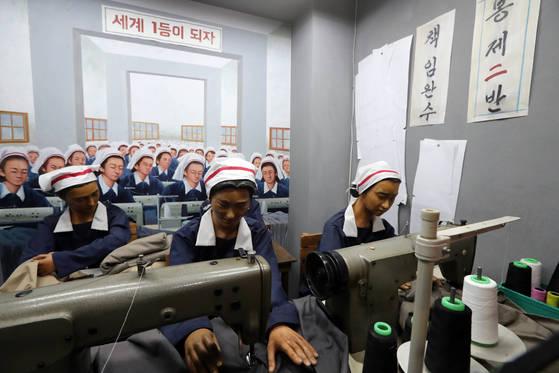 서울 마포구 상암동 박정희대통령기념도서관에 있는 1970년대 봉제 공장 재현 모습 . 최정동 기자