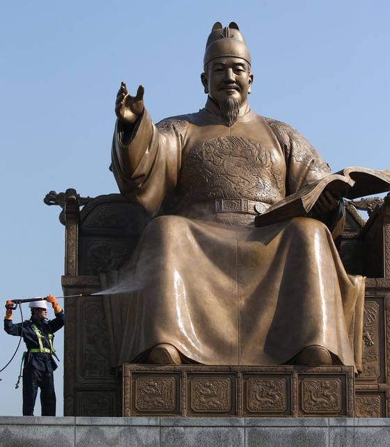서울 광화문광장의 세종대왕 동상.[중앙포토]