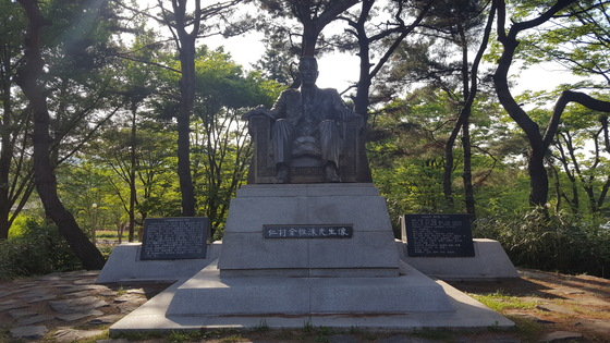 서울대공원의 인촌 김성수 동상은 독립운동기념단체 등의 철거 요구를 받고 있다.[사진 서울대공원]
