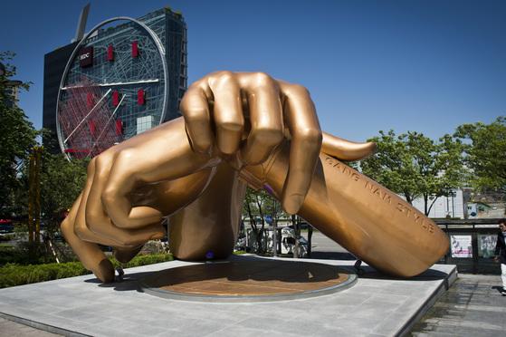 가수 싸이의 강남스타일 안무를 본떠 만든 동상.[중앙포토]