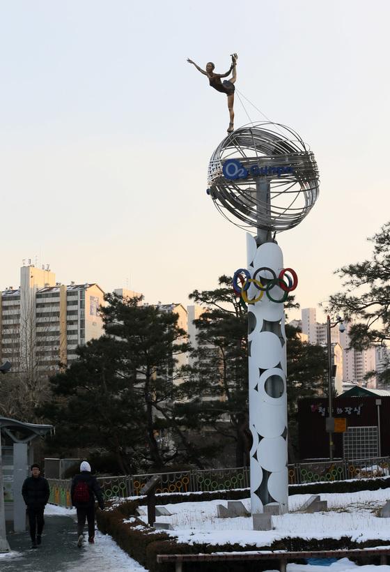 경기 군포시의 김연아 동상은 김연아와 전혀 닮지 않았다는 지적을 받는다.[중앙포토]