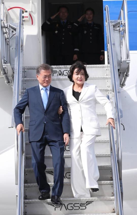 문재인 대통령과 부인 김정숙 여사가 12일 오후 ASEAN+3 회담에 참석하기 위해 필리핀 마닐라 국제공항에 도착, 전용기에서 내리고 있다. [연합뉴스]