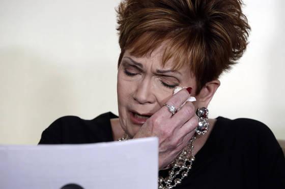 눈물을 닦으며 성명서를 낭독하는 베벌리 영 넬슨. (AP Photo/Richard Drew) <저작권자(c) 연합뉴스, 무단 전재-재배포 금지>