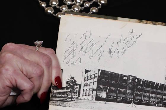 넬슨이 고교 앨범에 로이 무어 당시 검사가 남긴 사인을 보여주고 있다. (AP Photo/Richard Drew) <저작권자(c) 연합뉴스, 무단 전재-재배포 금지>