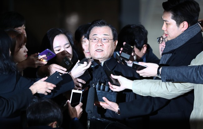 이병기 전 국정원장이 지난 13일 서울중앙지검 조사실로 향하고 있다. [사진제공=연합뉴스]