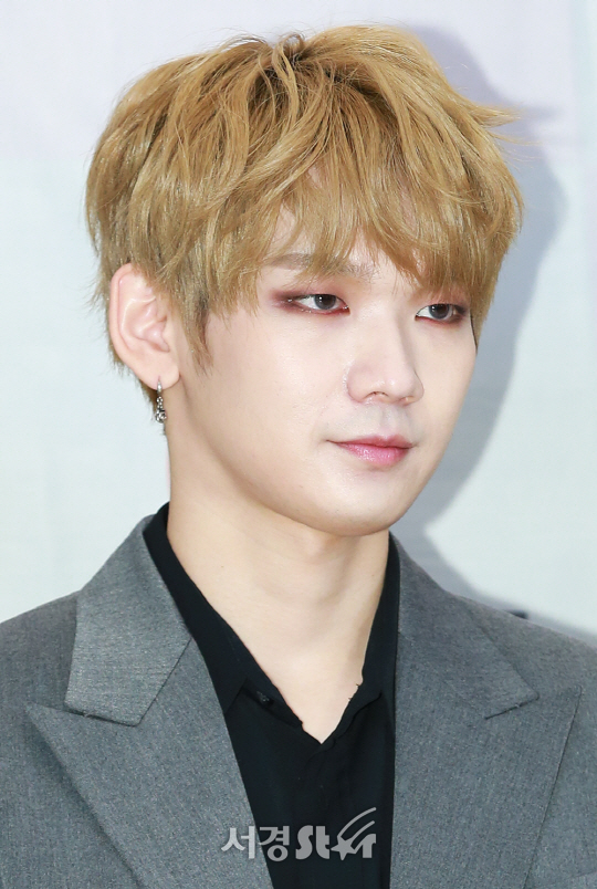 JBJ 켄타가 13일 오후 서울 성동구 한 연회장에서 열린 KN/DA TV 한류 케이팝 프로그램 '파워 오브 케이(POWER OF K)' 첫 녹화 기념 포토월 행사에 참석해 포토타임을 갖고 있다.