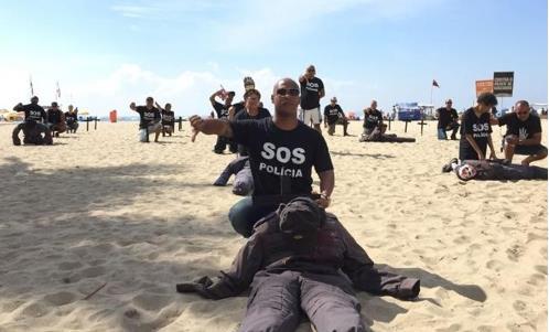 리우 시내 코파카바나 해변에서 벌어진 폭력 반대 퍼포먼스[브라질 일간지 글로부]