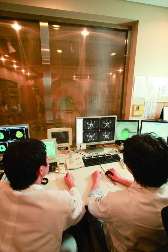 세브란스병원 의료진이 치매 환자에게 뇌 자기공명영상촬영(MRI) 검사를 하고 있다. [사진 세브란스병원]